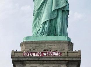 На Свободу в США навесили плакат