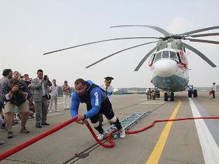 Белорус протащил вертолет на 20 метров